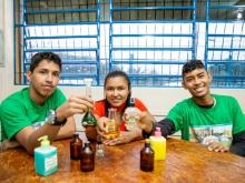 Estudantes extraem óleos essenciais de plantas para produção de cosméticos em projeto do PCE