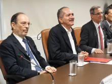 Presidente do CNPq, Hernan Chaimovich, ao centro, o ministro do MCTI Aldo Rebelo, e o presidente do CONFAP, Sergio Gargioni