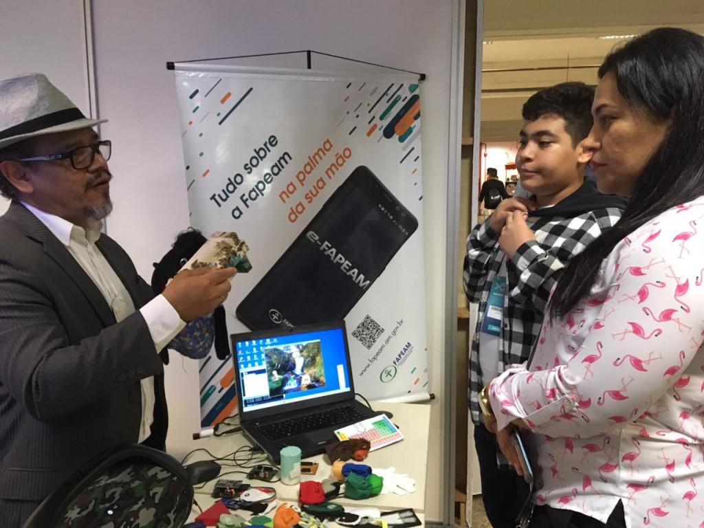 Doutor Roceli Lima mostrando o Fantoche Eletrônico para visitantes