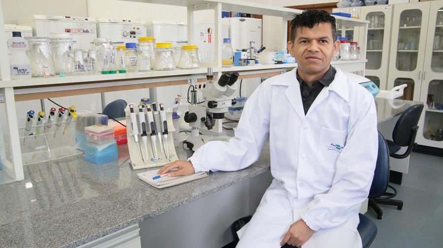 Biologia Molecular - Na foto pesquisador Gilvan Silva - foto Siglia Souza (1)